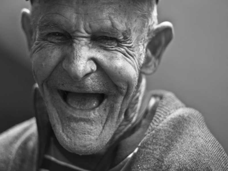 Дедушка очень радовал этим сюрпризом свою внучку!
