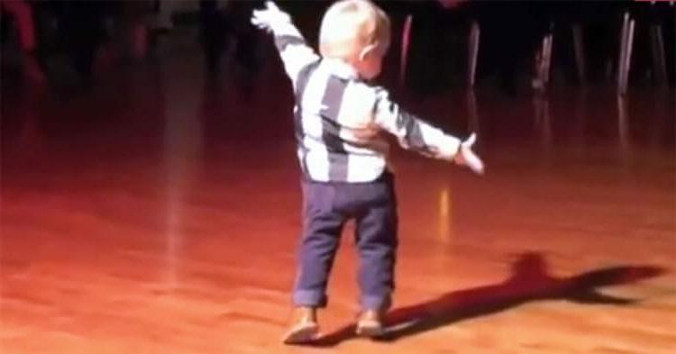 Мальчуган слышит свою любимую песню Элвиса Пресли, поворачивается и показывает танцевальный шедевр