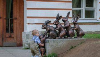 10 фотографий детей, которые умеют фотографироваться с памятниками лучше, чем взрослые