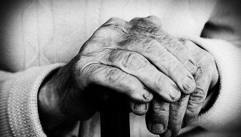 Кто из дочерей должен «дохаживать» маму в старости?