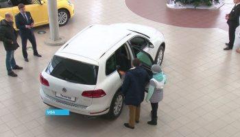 Он купил новый автомобиль в салоне, а на следующий день с него облетела краска