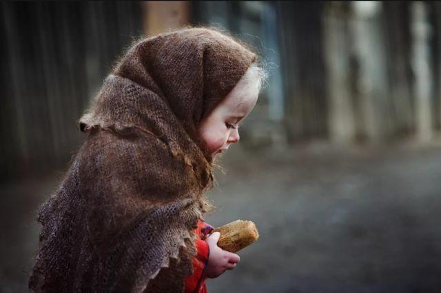 Мы увидели грязную и голодную девчушку, которая хотела «забрать» у нас еду
