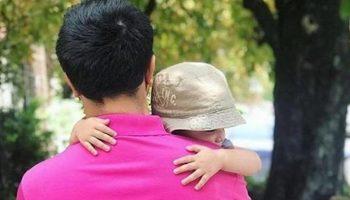 Молодой отец воспитывает двоих малышей в одиночку