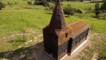 Когда посмотришь сверху — самая неприметная церковь, а с земли — она просто исчезает