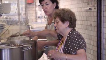 Популярный Американский Ресторан нанял бабушек, чтобы готовить вкусную ″домашнюю″ еду