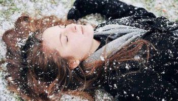 Она качнулась… побледнела… и упала лицом в траву, измазав синее пальто.