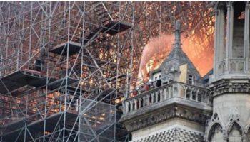 Жители Парижа в слезах поют Ave Maria у горящего Нотр-Дам де Пари