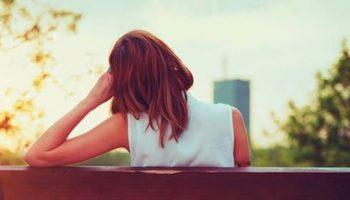 В парке сидела молодая девушка и плакала. К ней подошла старая женщина и начала разговор