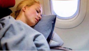 Внимательная стюардесса заметила, что что-то не так с пассажиром, который сидел рядом с молодой девушкой