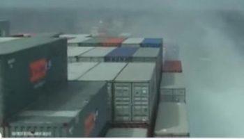 Невероятное видео: Как грузовое судно деформируется из-за сильного шторма