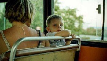 Мальчуган пинал девушку в автобусе. То, что сделал проходящий мимо парень стало маме наукой на всю жизнь