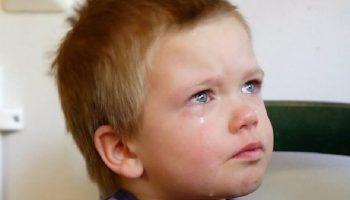 Сашка лежал и плакал на кровати в детдоме… Ему было всего 4 и он не понимал, куда пропали его родители