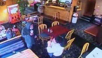 Официантка как обычно приняла заказ у бездомного, а потом узнала, кто он на самом деле