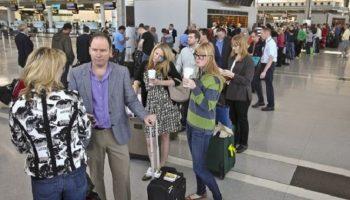 Парень требовал обслужить его вне очереди в аэропорту, на что женщина отреагировала просто шикарно!