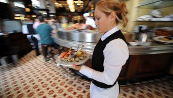 Одна богачка публично оскорбила официантку. Ответ девушки на оскорбление был шикарен