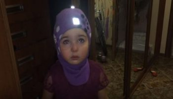 Устала! Папа, я уезжаю! Крошечная девочка планирует уехать в Африку от злых родителей