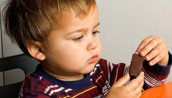 Старший перебьётся: …Мама покупает сладости только младшему.