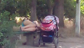 Парк, включила фонарик и увидела спящую на скамейке девушку, а рядом детскую коляску