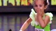 4-летняя малышка с собачкой выходит на сцену. Спустя минуту все аплодируют стоя!