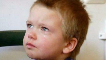В тот день малыш сидел на стуле возле двери, за которой шёл суд. Там от него отказывались родители