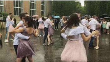 Сеть тронул танец выпускников школы под дождем. Как красиво выступили!
