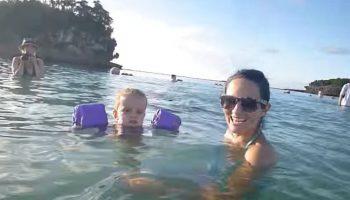 Молодая мама и дочь просто купаются? А теперь присмотритесь внимательней к воде за их плечами