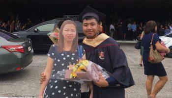 «Я тебя очень люблю»: парень пришел на выпускной с картонной фигурой умершей матери