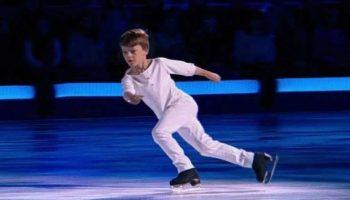 «Нас бьют – мы летаем». Мальчишка вышел на лед и произвел фурор под легендарную песню