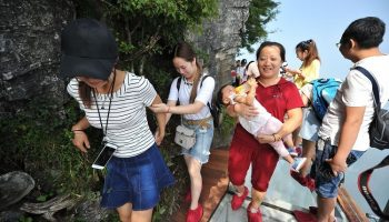 Очень жутко: В Китае открылась стеклянная тропа страха