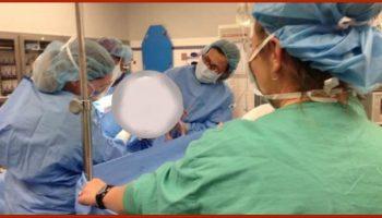 Мать слышит, как доктор закричал после родов и затем видит, что делает ее новорожденный