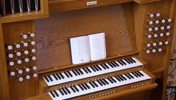 Пастор обнаружил необычный предмет у церковной органистки. Ее ответ сразил наповал!