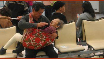 Трогательное фото сына, которое держит на руках свою престарелую немощную мать, растопило сердца миллионов