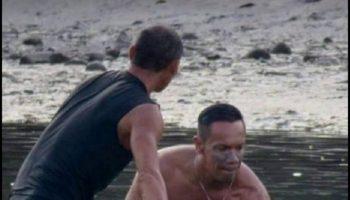 Серферы услышали странный крик на пляже. После этого они провели 6 часов в воде с маленьким китом в руках