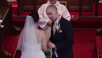 Жених внезапно прерывает церемонию и просит невесту обернуться. Та начинает рыдать на глазах у всех…