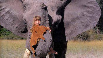 Ее оставили наедине с дикой природой – через 20 лет фотографии маленькой девочки приводят в восторг людей по всему миру