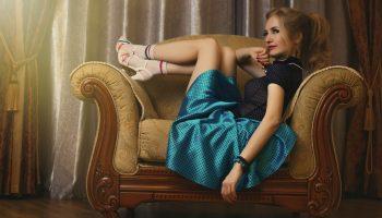 Нинушка пришла в гости к хозяевам в платье, которое у них же и умыкнула без разрешения. Те только рты раскрыли!