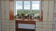 Преимущества шкафов вокруг окна — это удобно и экономит пространство в комнате. Вам нравится такая идея?