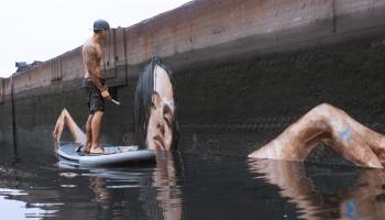 Потрясающие картины к воды: художник рисует, стоя на доске для серфинга