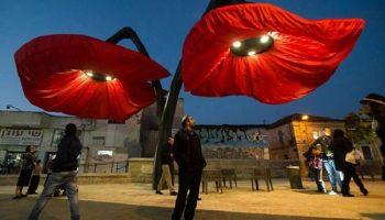 Эти фонари в Иерусалиме расцветают, когда под ними проходят пешеходы
