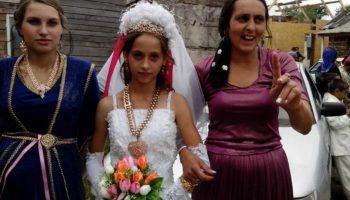 Цыганские девочки быстро становятся молодыми мамами: Невесте 12 лет, маме 24 года, бабушке 36