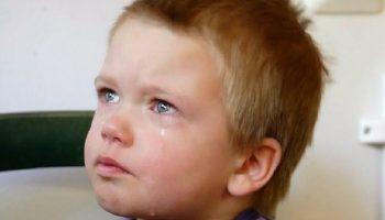 Четырехлетний Сашка лежал и плакал в комнате детдома… Он совсем не понимал, куда пропали его мама и папа…