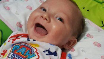 Ученые выяснили: младенцы инстинктивно используют улыбку, чтобы манипулировать родителями!
