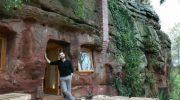 Все смеялись над семьей живущей в пещере. Зашли в гости и прекратили: камень превратили в дворец