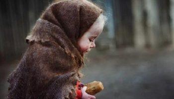 Удивительная история: Мальчишка добывал еду, как умел — подбирал объедки, иногда подворовывал. И все лучшее нес сестре — она же маленькая.
