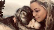 Девушка отнесла умирающего маламута в горы на вершину Кернгромс, чтобы он в последний раз увидел снег
