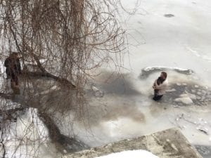 Мужчина прыгнул в ледяную воду, чтобы спасти утопающего пса