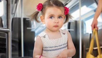 Малышка хотела уступить бабушке место в автобусе, но ее слова заставили смеяться всех пассажиров