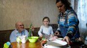 Семья приютила бездомного старика, жившего на улице