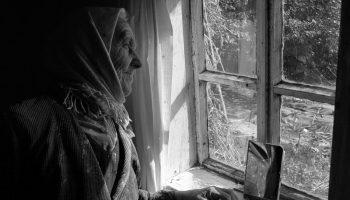 Мать. Супруга, Анна, предложила мужу, а давай, твоя мама продаст дом в деревне, переберется к нам