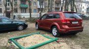 Школьники оригинально отучили наглецов оставлять машины на детских площадках.